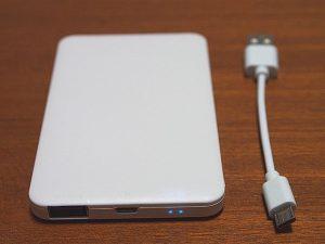500円モバイルバッテリー USB端子とLED側